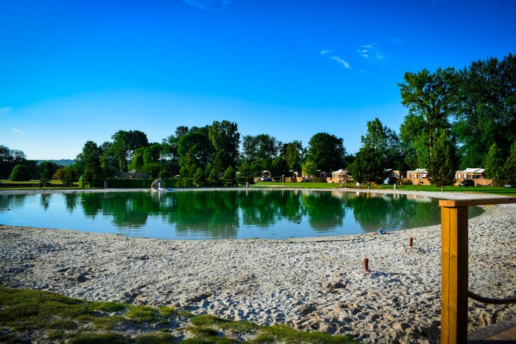 The sandy beach lake at La Croix du vieux pont berny riviere france (22)