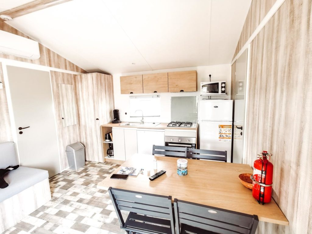 kitchen and dining table in our Gamme duo premium plus at camping L'ocean-07