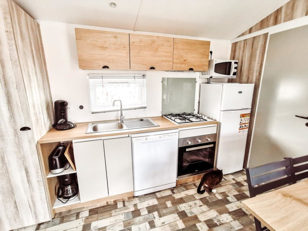Our mobile home kitchen in our Gamme duo premium plus at camping L'ocean-08