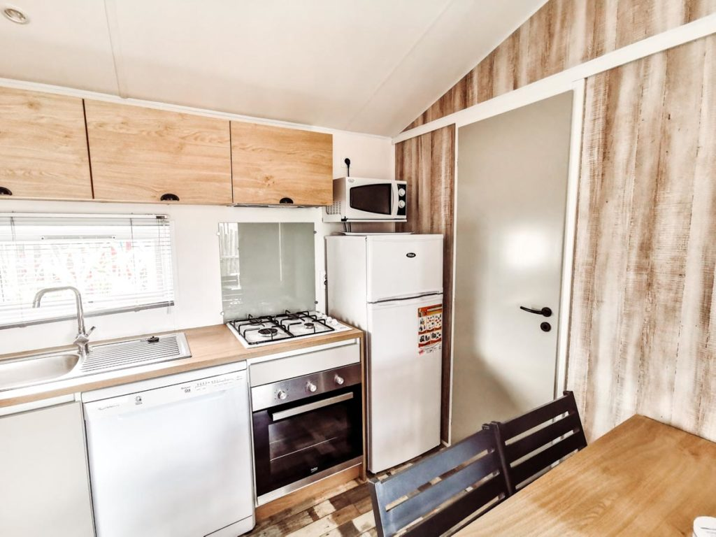 Kitchen features Gamme duo premium plus at camping L'ocean-11