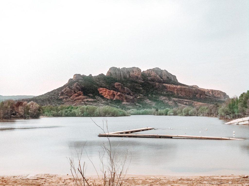 The View of Rocher de roquebrune sur argens accross the lake