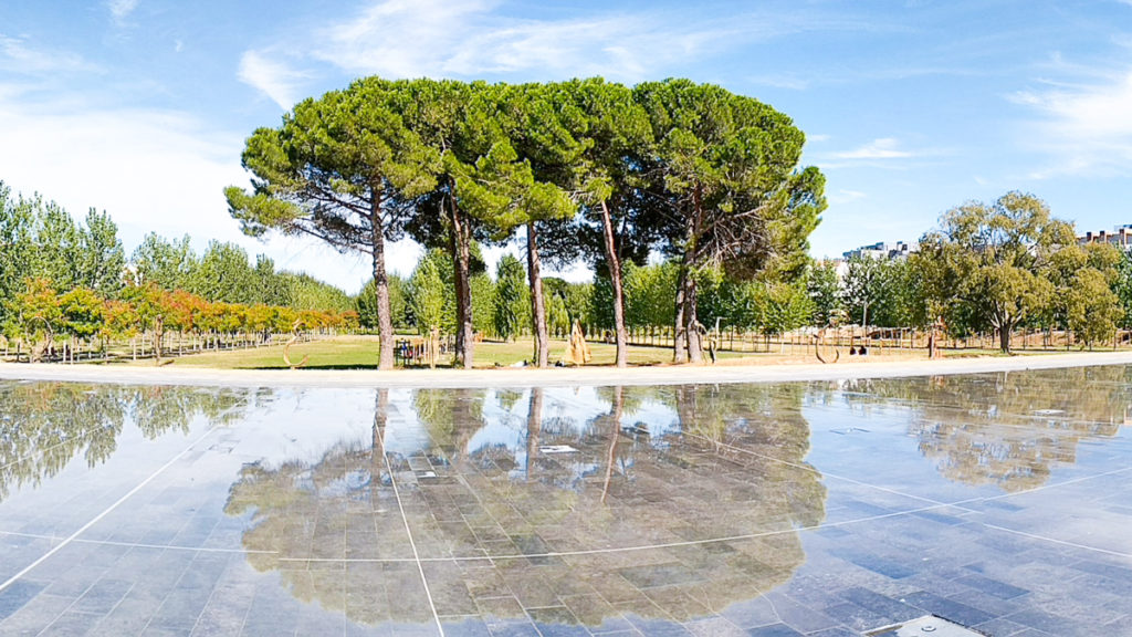 water fountain that reflects like a mirror in montpellier