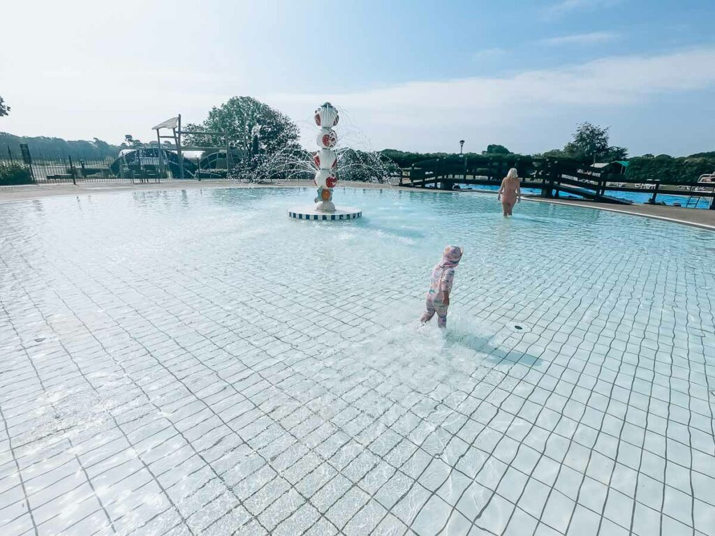 Outdoor-swimming-pool-at-hoburne-bashley-park-campsite