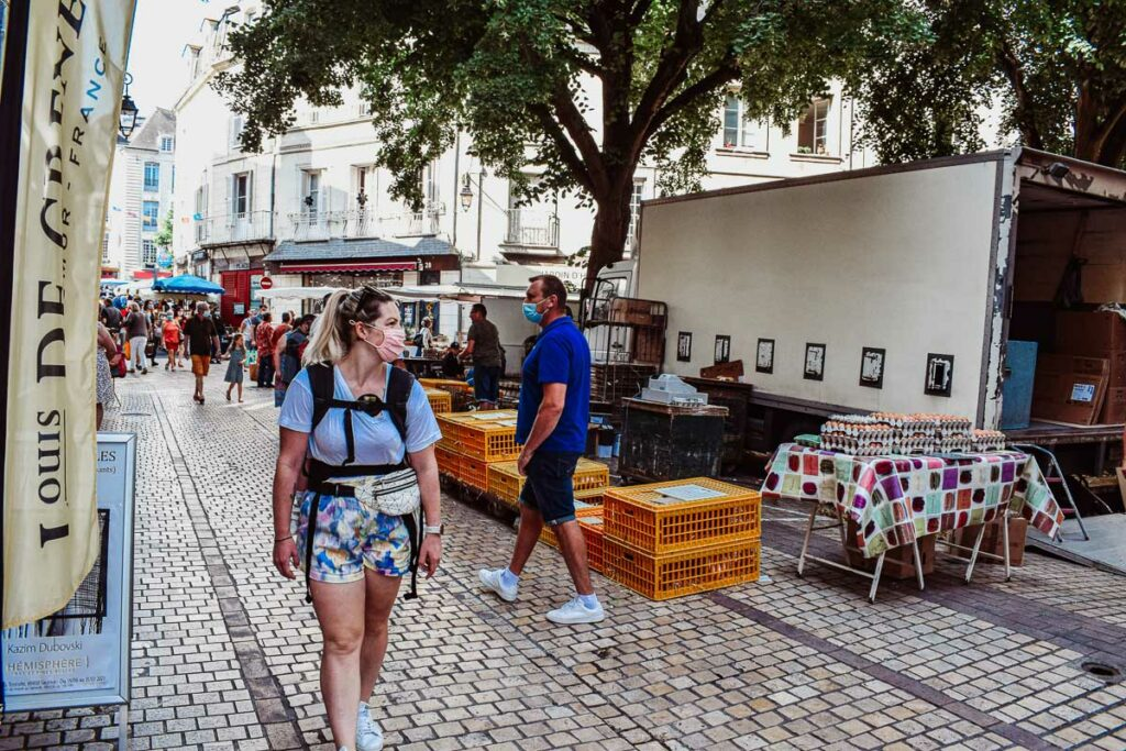 walking-through-the-market-in-the-centre-of-Saumur-city
