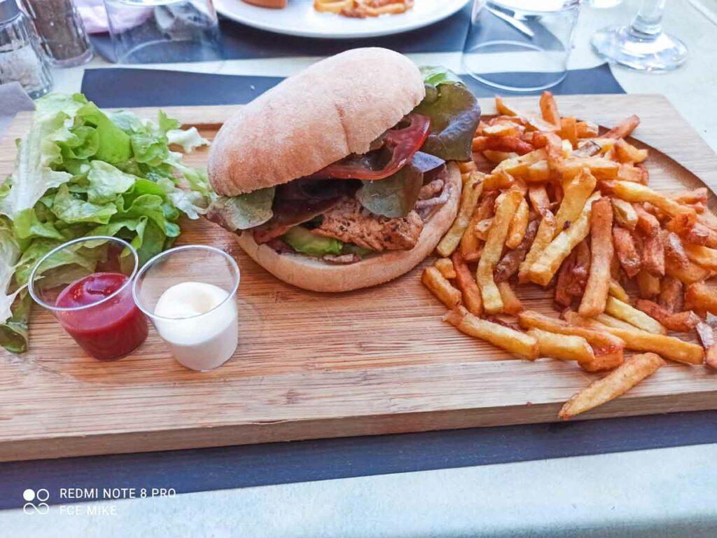 cajun-burger-at-camping-sylvamar-sylvabar-restaurant
