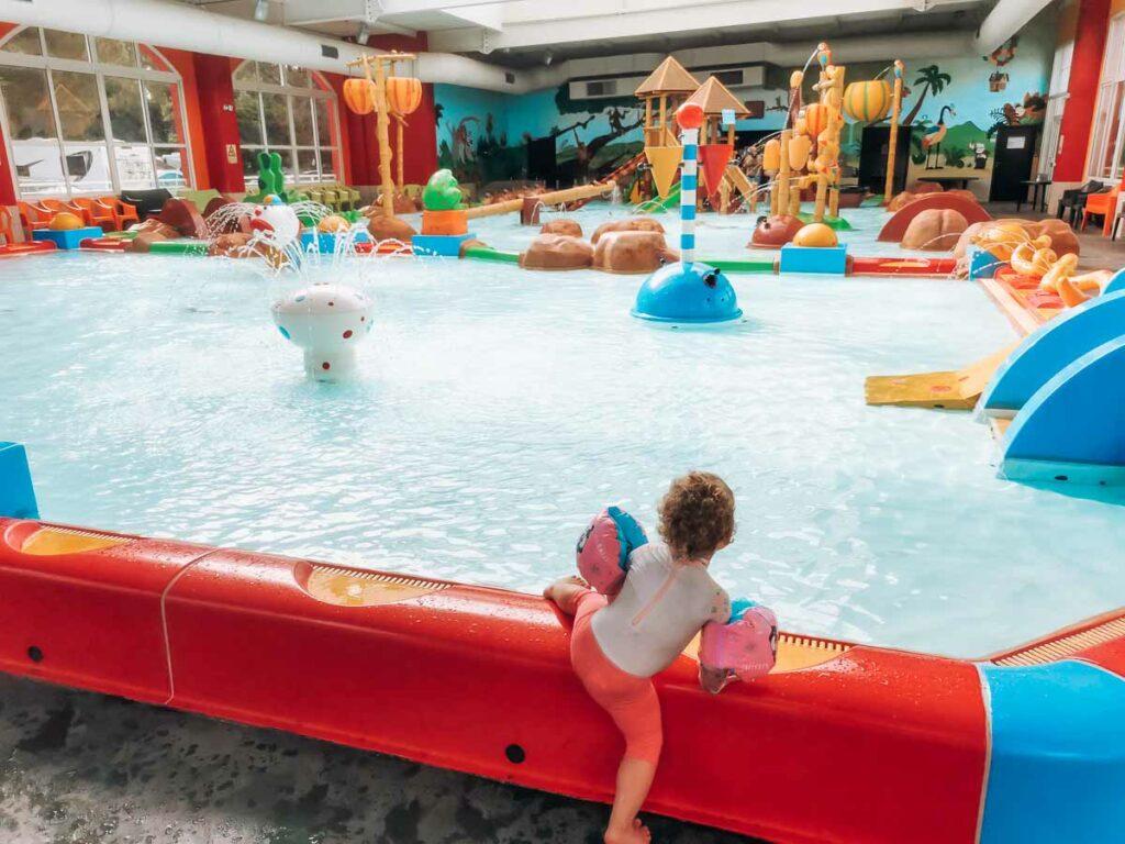 kids-splash-park-in-the-indoor-paddling-pool-at-camping-yelloh-village-sylvamar