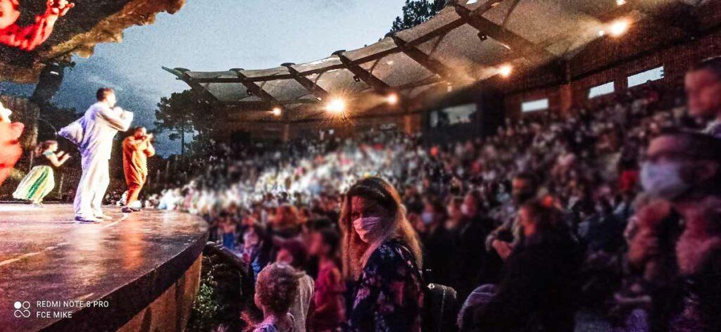 mini-disco-crowd-at-the-ampitheatre-of-camping-sylvamar